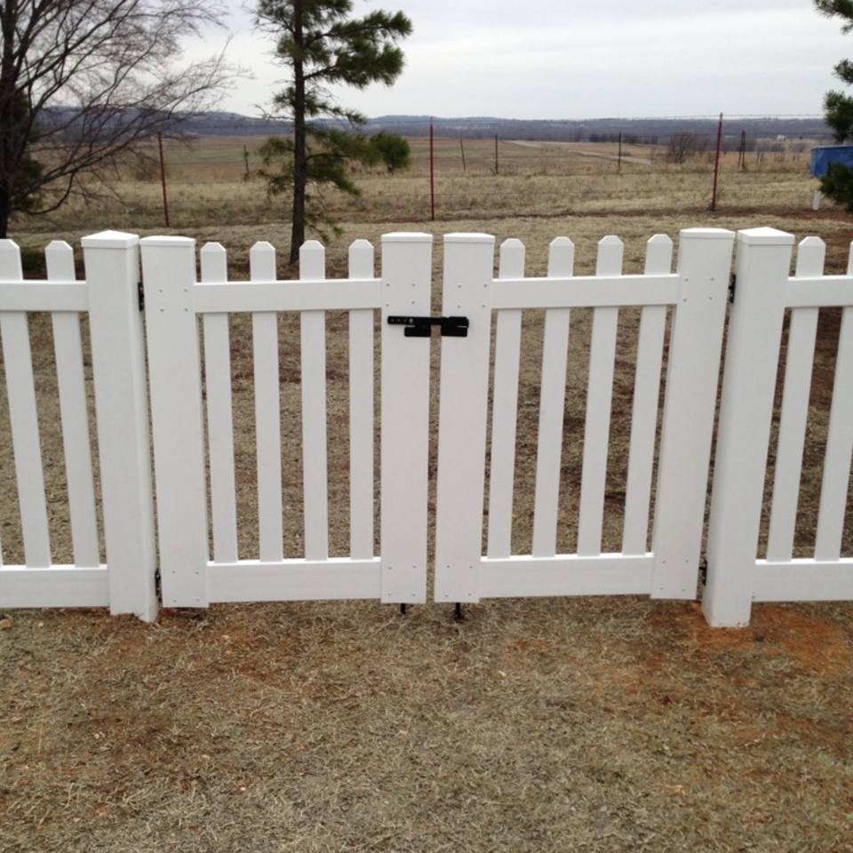 Midland vinyl fence   deck company   tulsa and coweta  oklahoma   vinyl metal wood fence sales and installation   picket   vinyl white picket fence with gate closeup20170609 9845 1i6g0wc